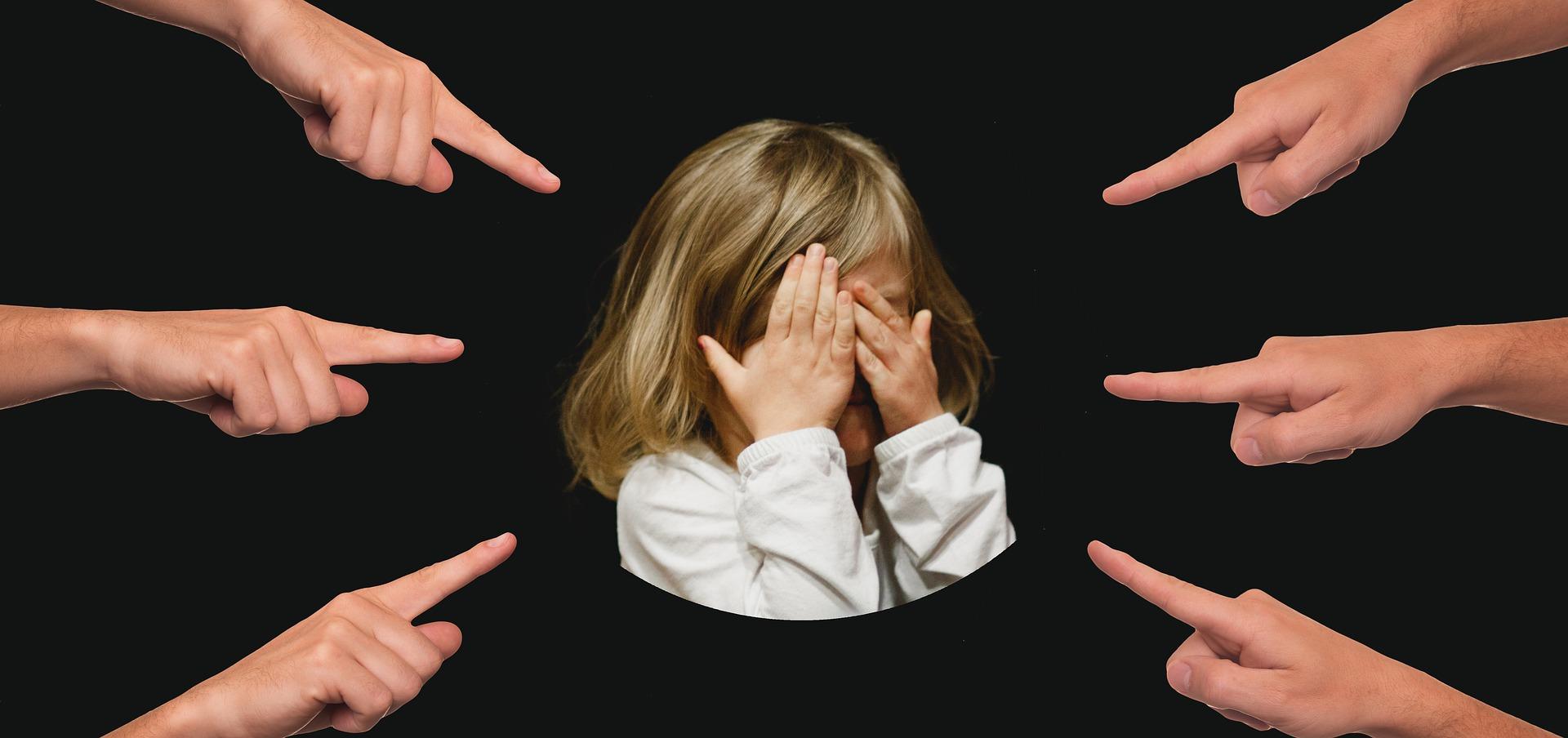 責められている子供の画像