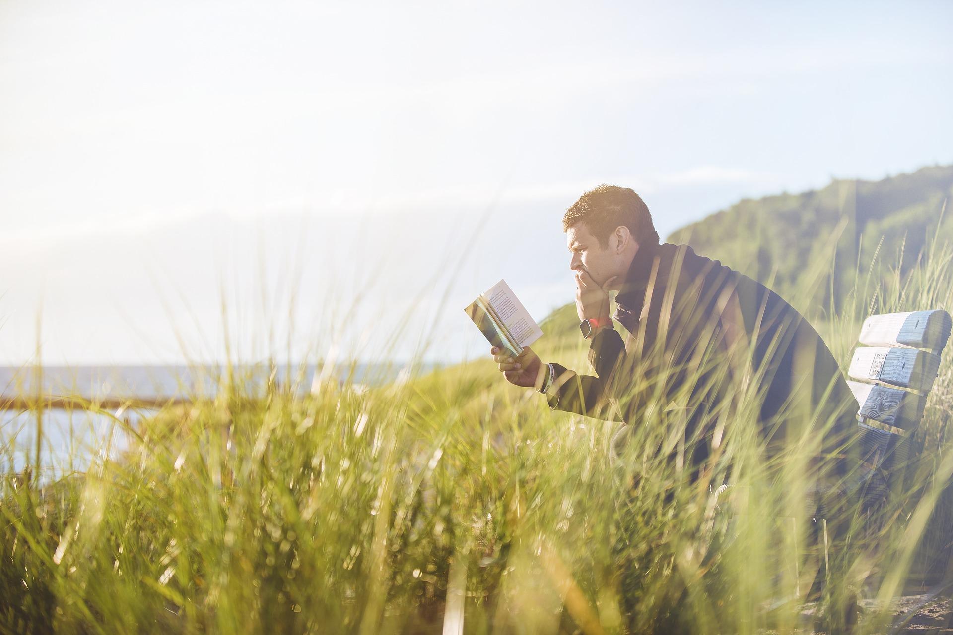 外国人男性が読書をしている画像