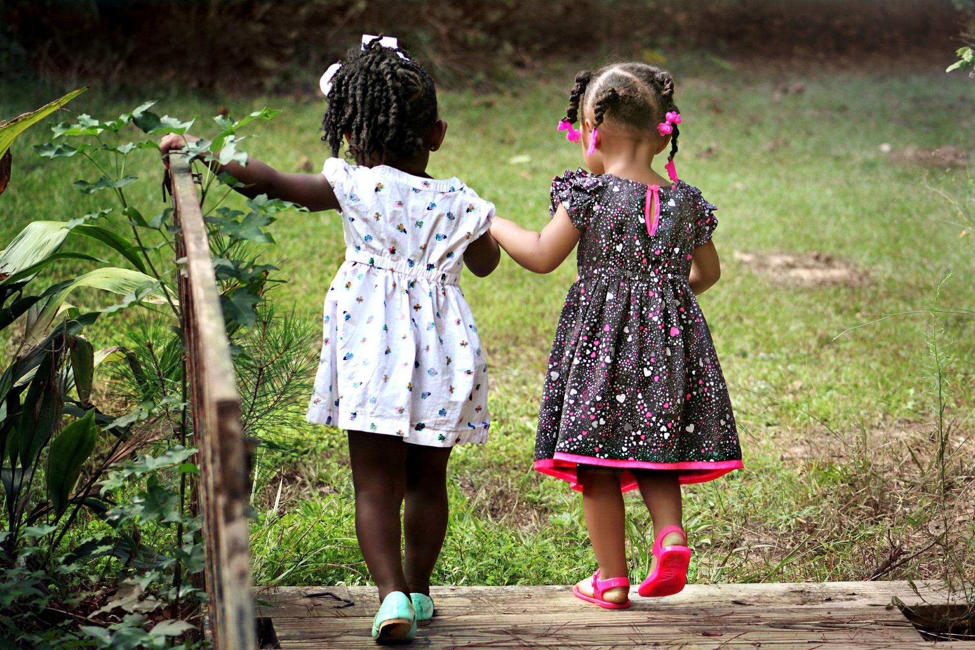 女の子二人の画像