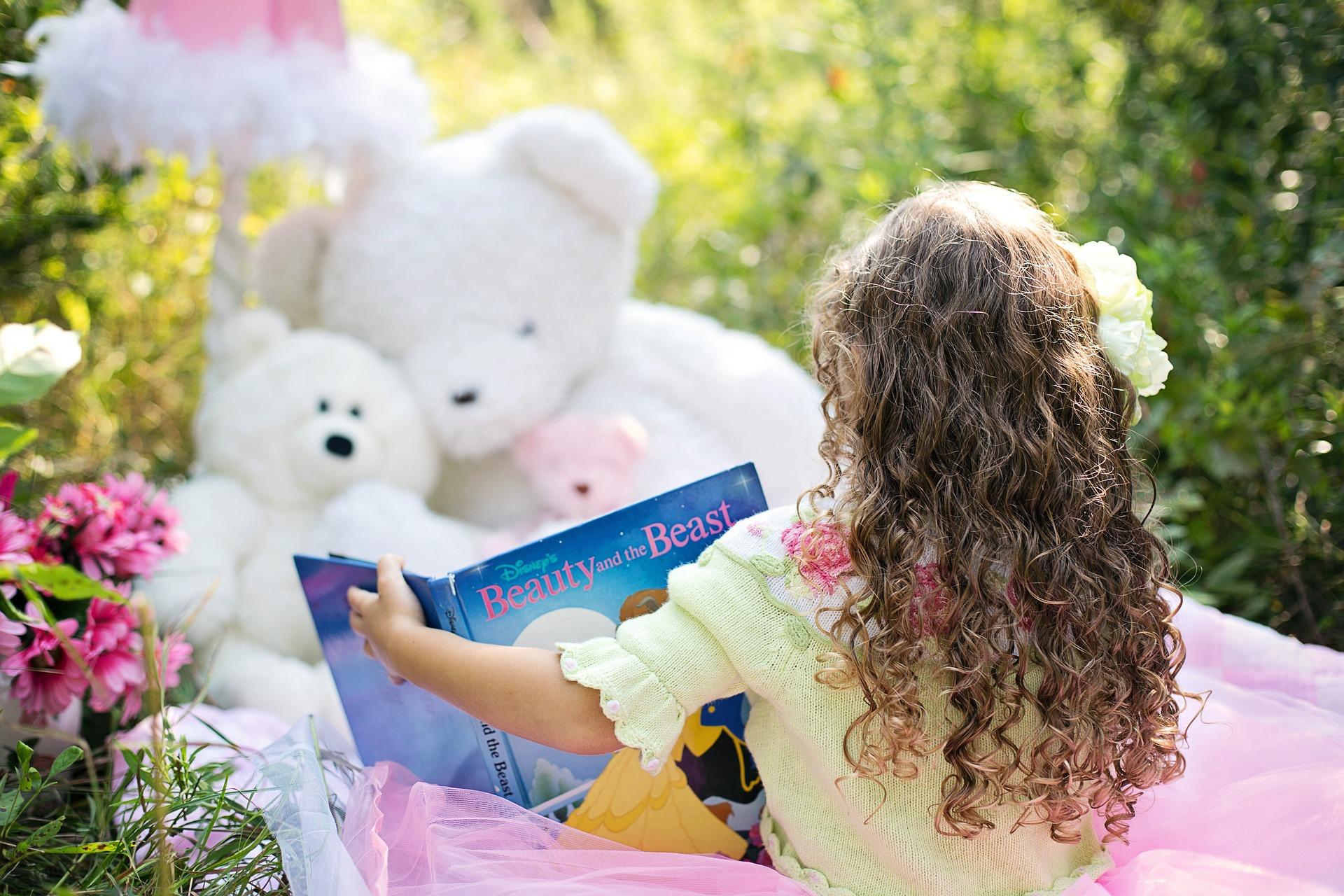 少女が絵本を読んでいる画像