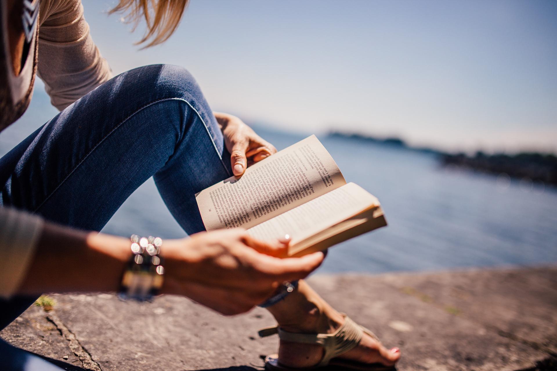 女性が本を読んでいる画像