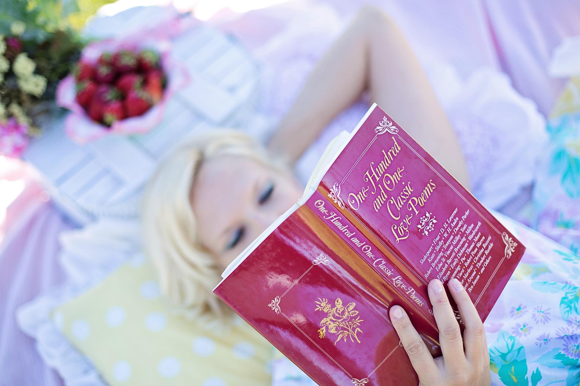 外国人女性が読書をしている画像