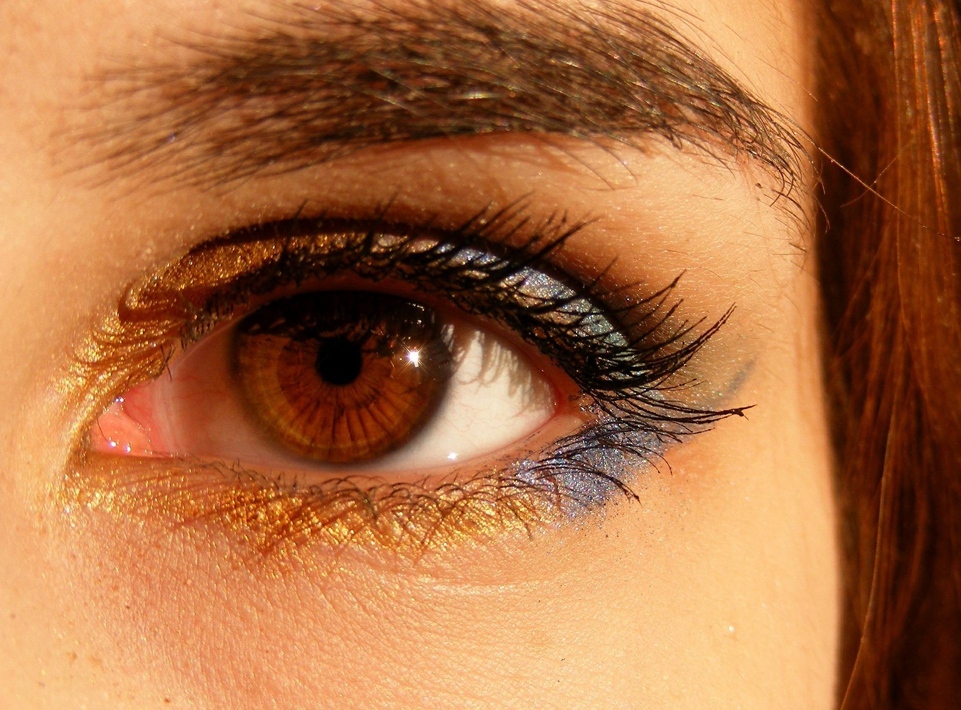 外国人女性の目の画像