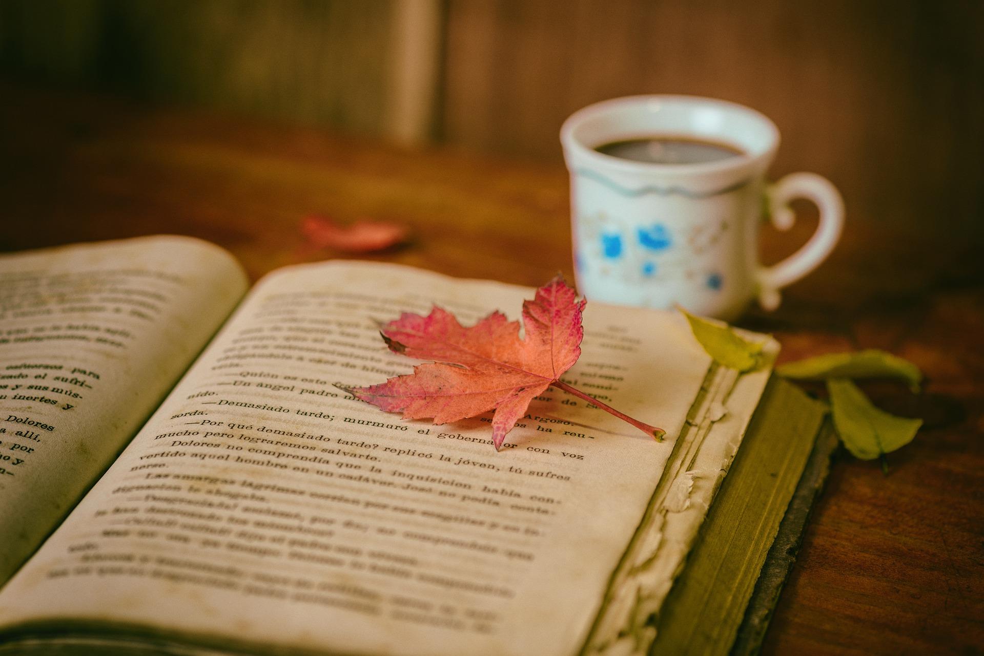 本とコーヒー画像