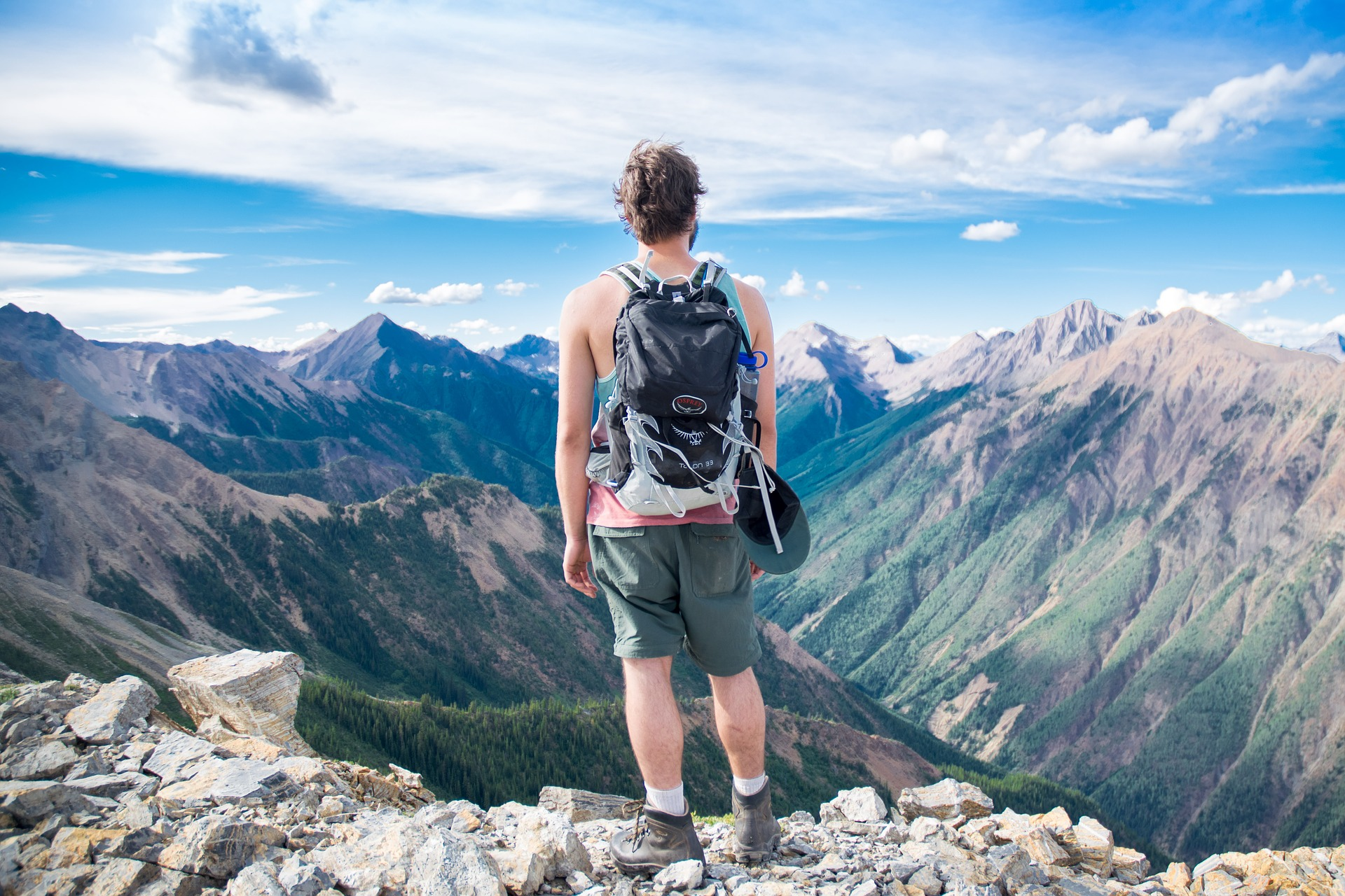 冒険をしている男性の画像