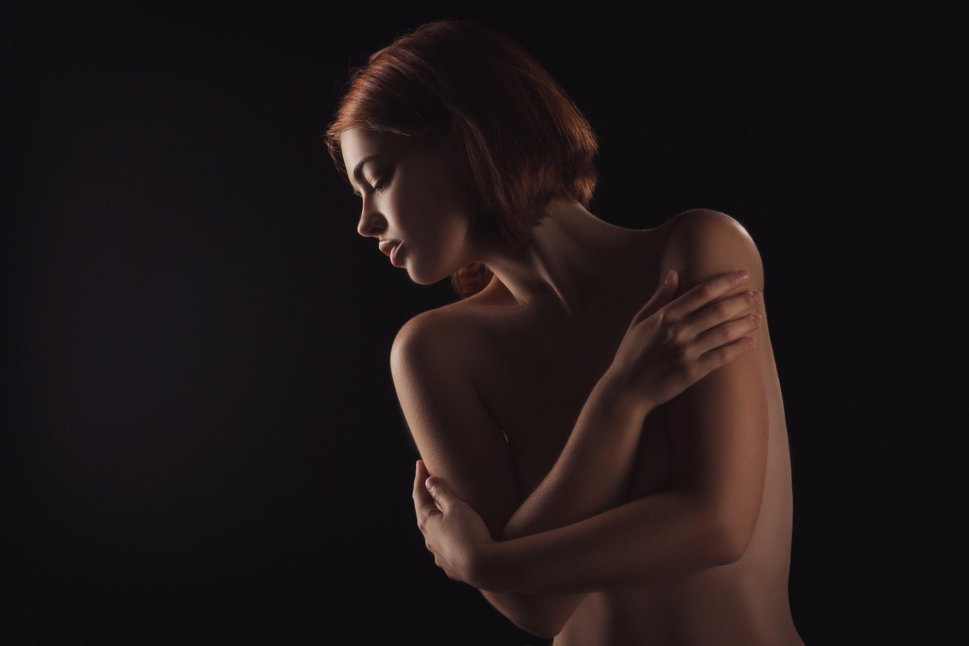 ヌードモデルの女性の画像