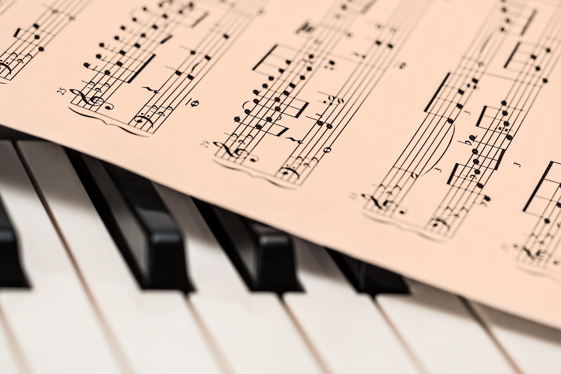 ピアノと楽譜の画像