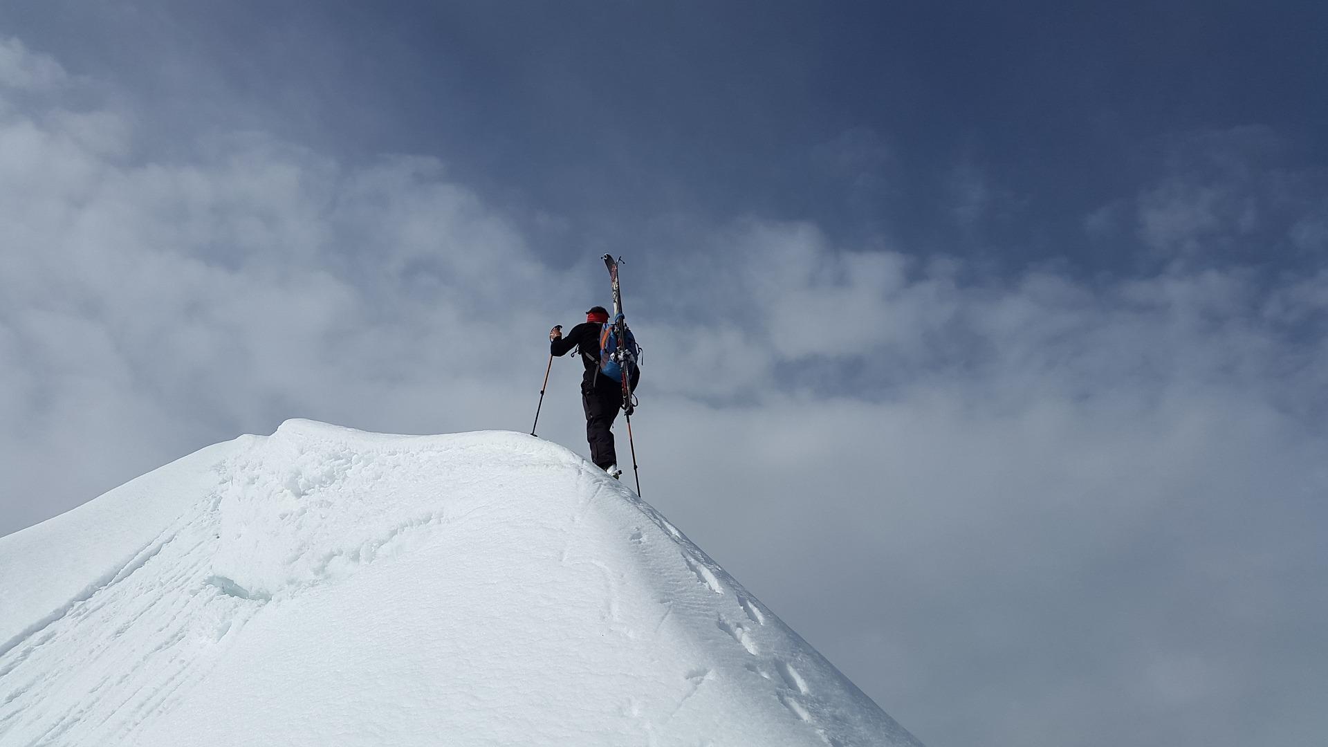 雪山を登っている人