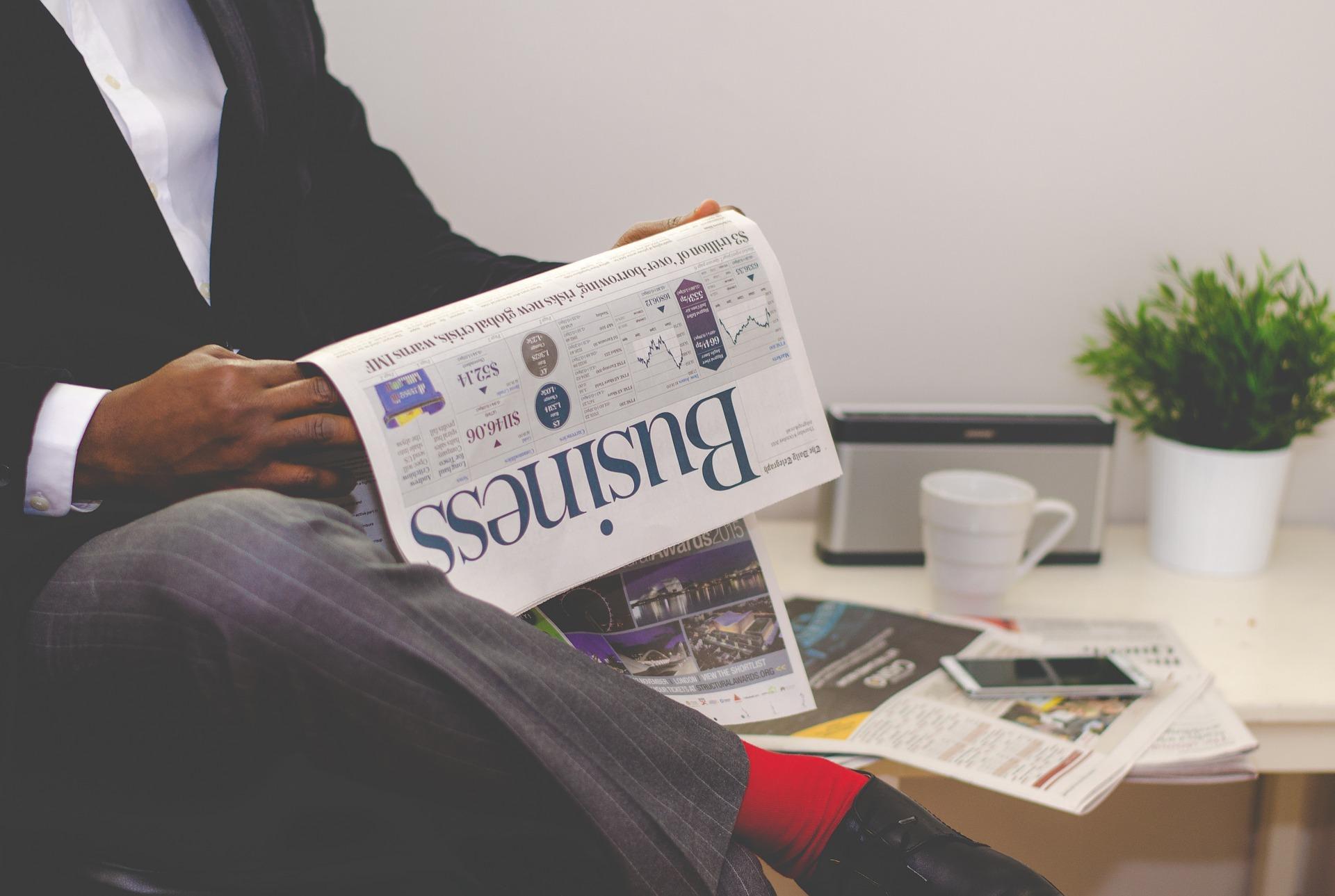 英字新聞を読むビジネスマン