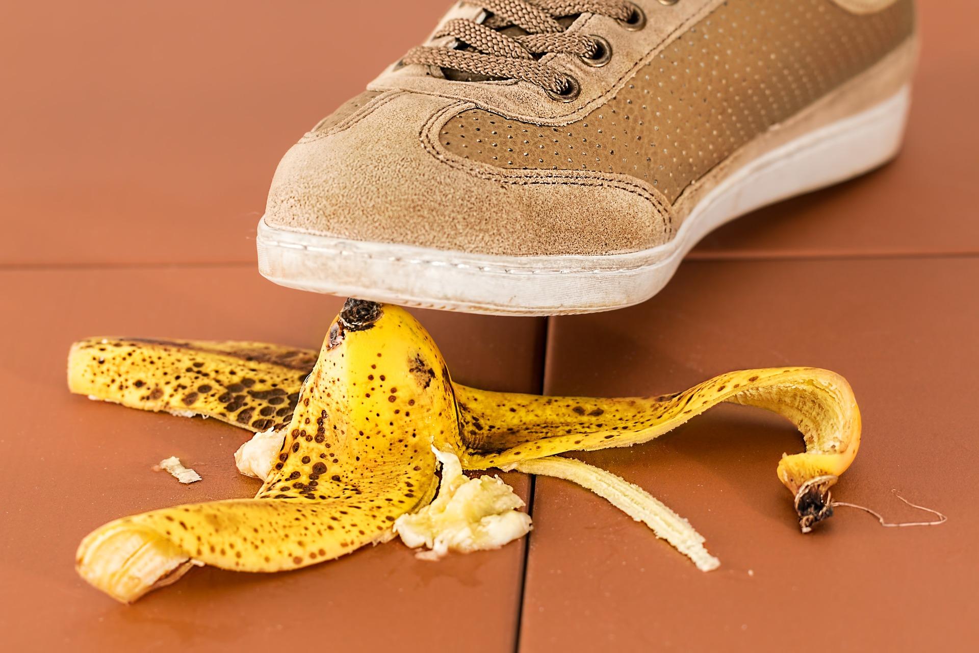 バナナの皮で踏んでいる画像