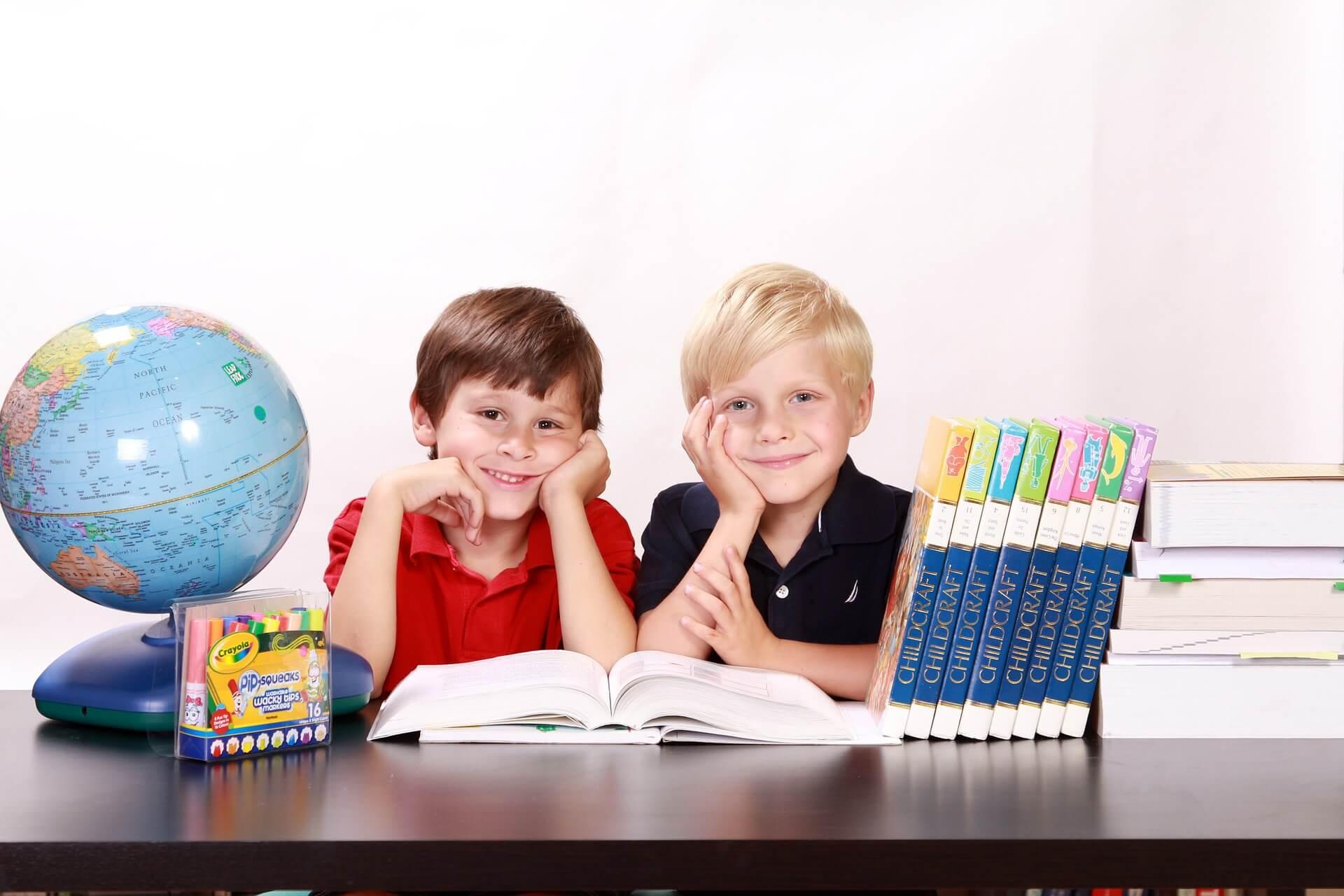 男の子の兄弟が勉強をしている