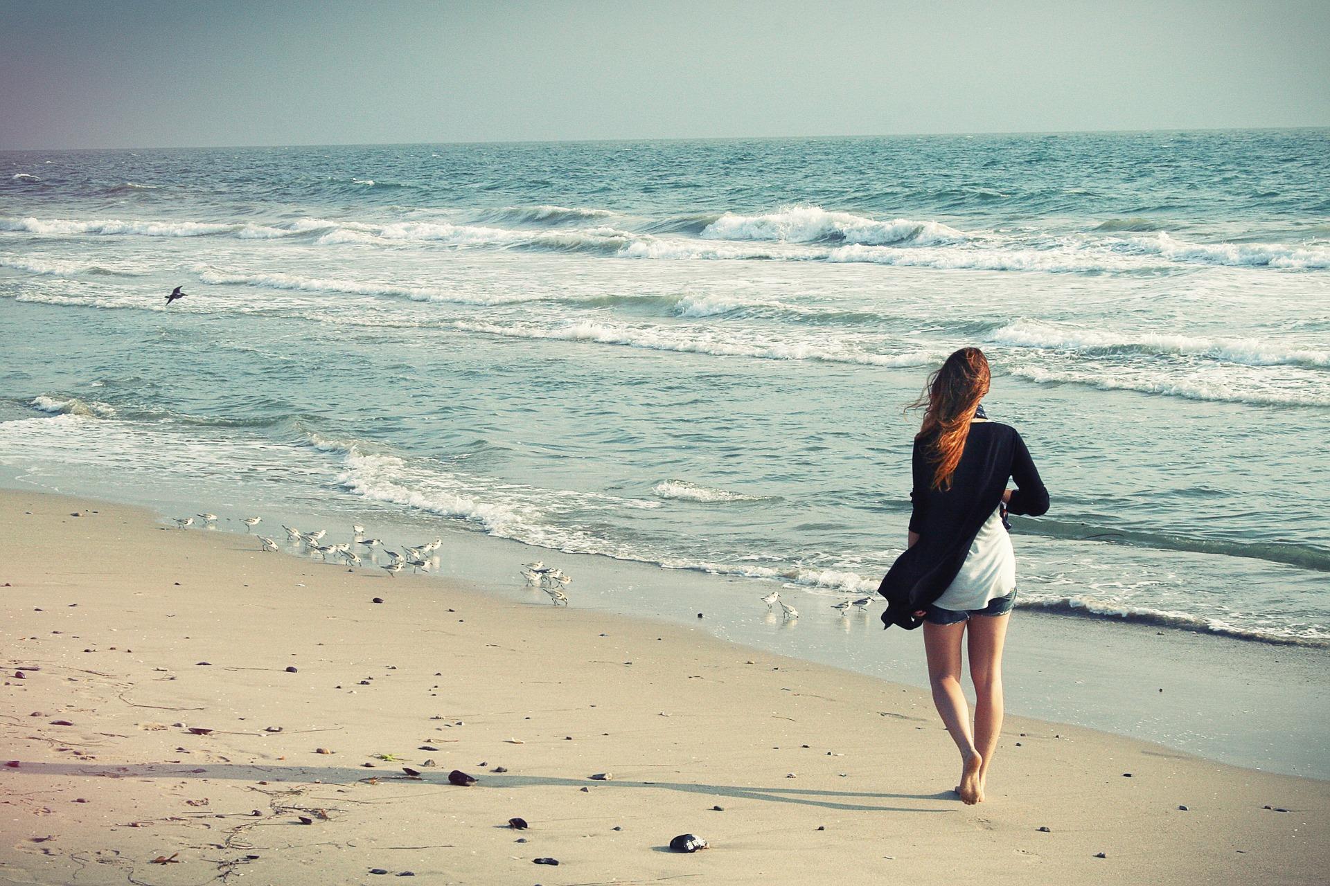 浜辺を歩いている女性
