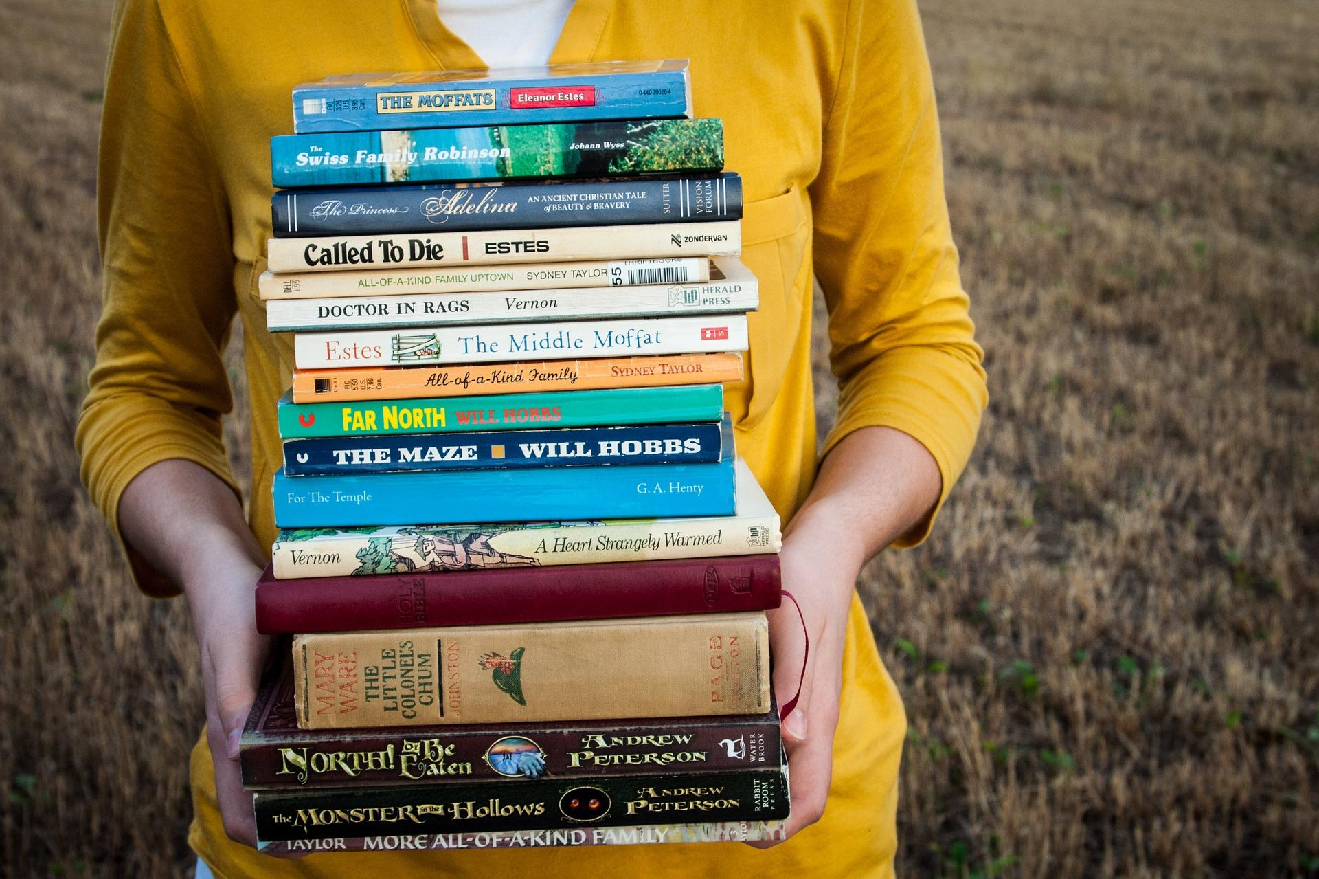 女性が本を持っている画像