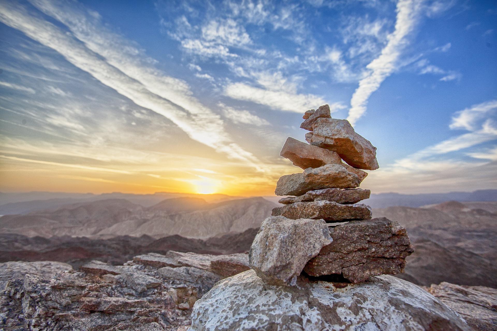 夕日 積まれた石