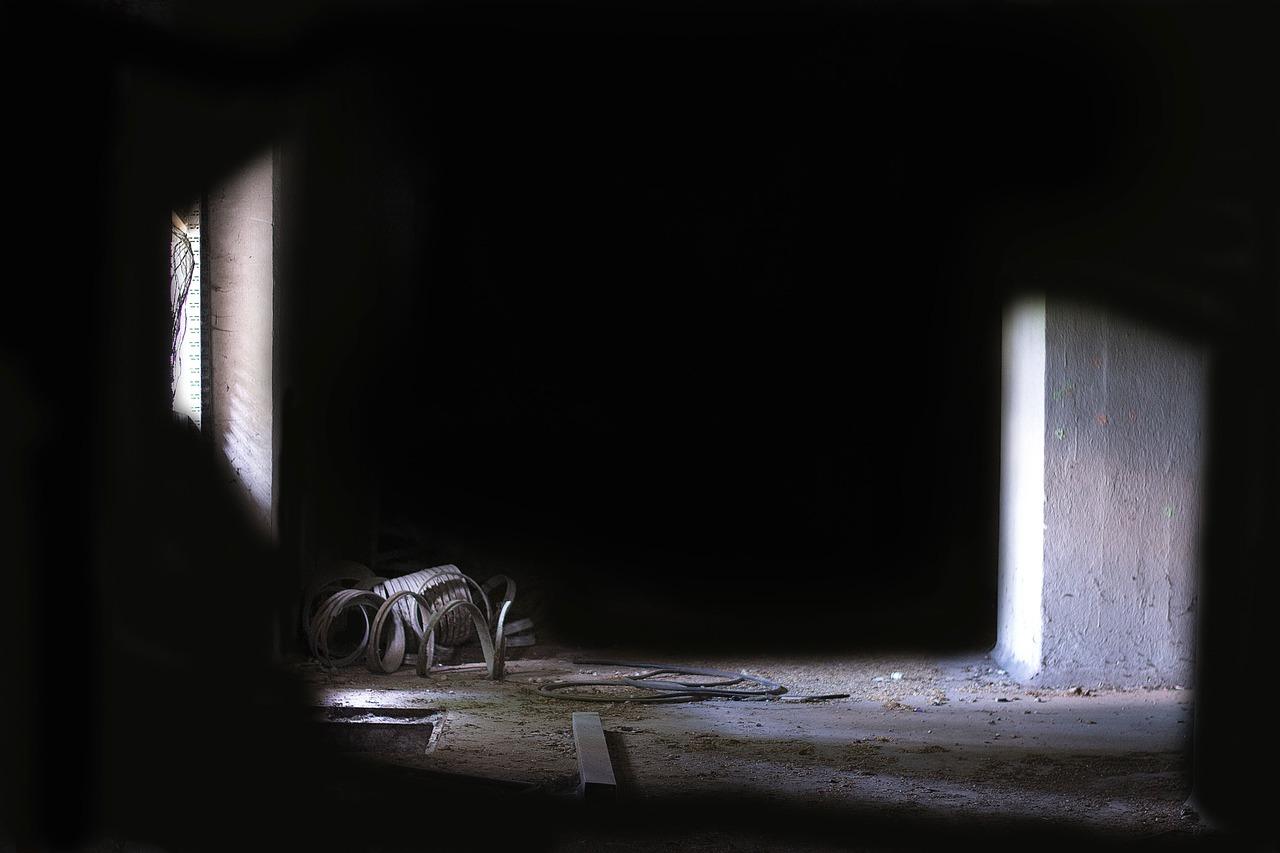 暗い部屋 1筋の光