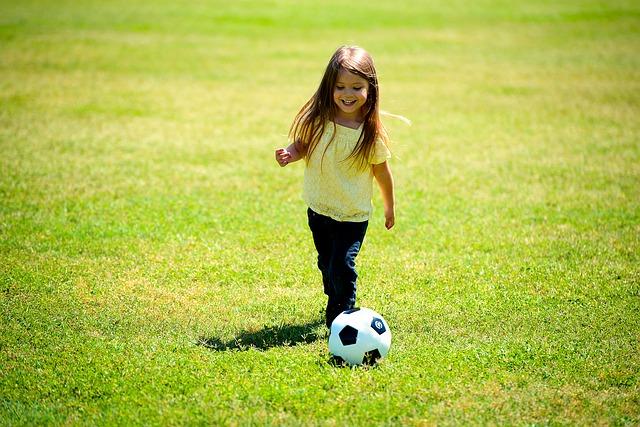 外国人少女 サッカーをしている